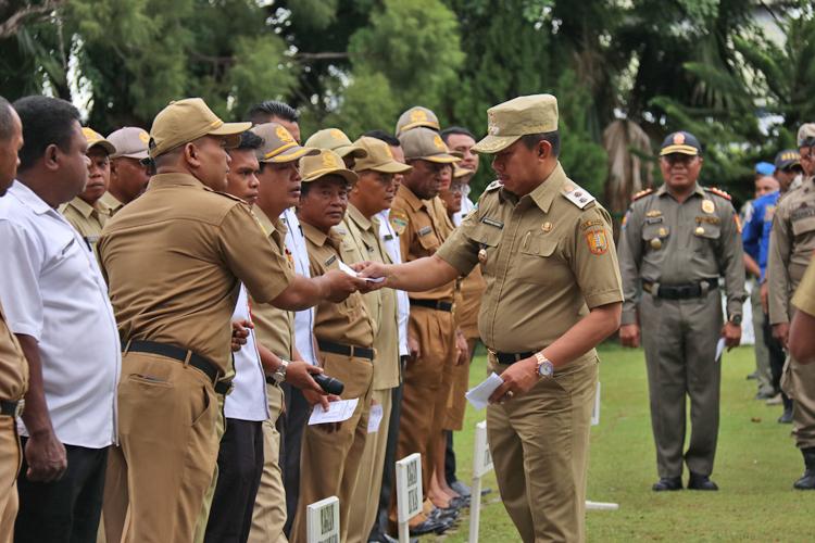 Wakil Walikota Jayapura, Ir. H. Rustan Saru MM, Saat Mengumpulkan Daftar Hadir ASN Setiap OPD Dilingkungan Pemerintah Kota Jayapura, Pada Apel Perdana Tahun 2020, Pada Apel Perdana Tahun 2020.