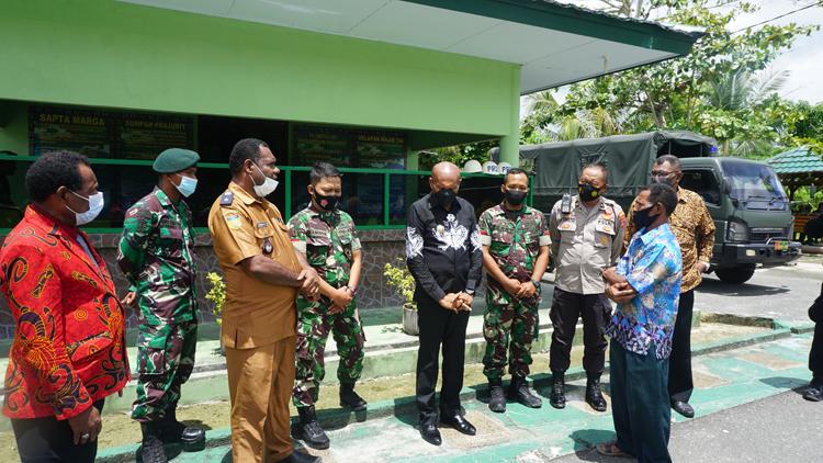 Wali Kota saat mendengarkan informasi dari Kepala Pemerintaahn Kampung Koya Koso