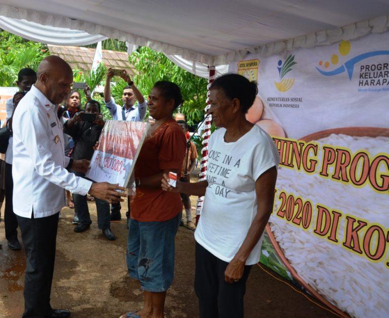 Walikota Jayapura Ketika Menyerahkan Kartu Keluarga Sejahtera Program Sembako