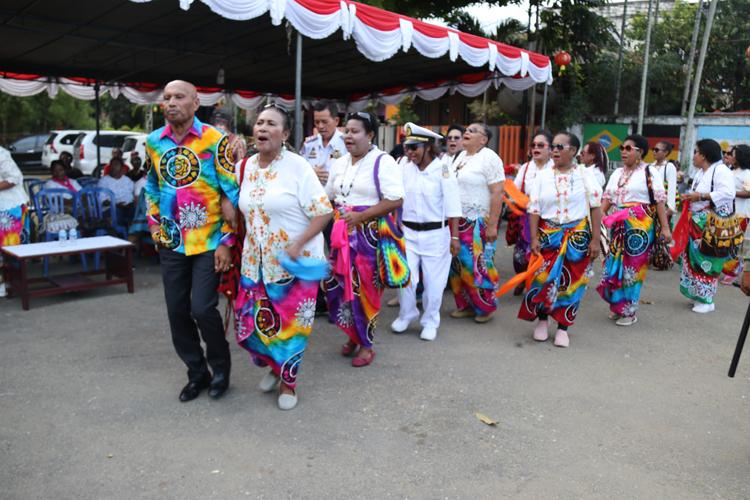Walikota Bersama Ibu-Ibu Keluarga Mano Saat Gelar Tari Lemon Nipis, Di Halaman Kediaman Keluarga Mano