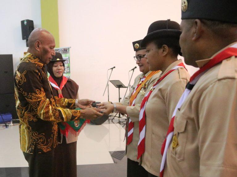 Penyerahan Palu Sidang Dari Walikota Kepada Ka Kwarda Papua
