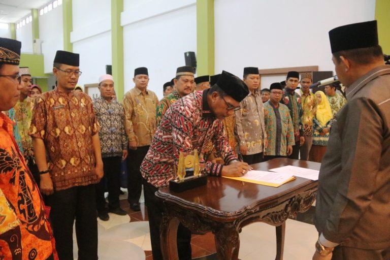 Ketua Umum LPTQ Kota Jayapura Ketika Menandatangani Berita Acara Pelantikan
