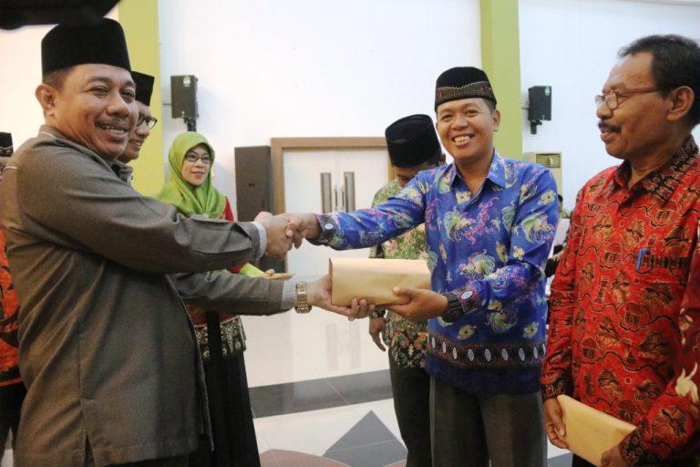 Wakil Walikota Ketika Menyerahkan Bantuan Kepada Pengurus LPTQ Distrik
