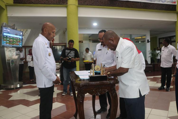 Sekwan DPRD Kota Jayapura Saat Menandatangani Berita Acara Serah Terima Kendaraan Disaksikan Walikota Dan Kepala BPKAD
