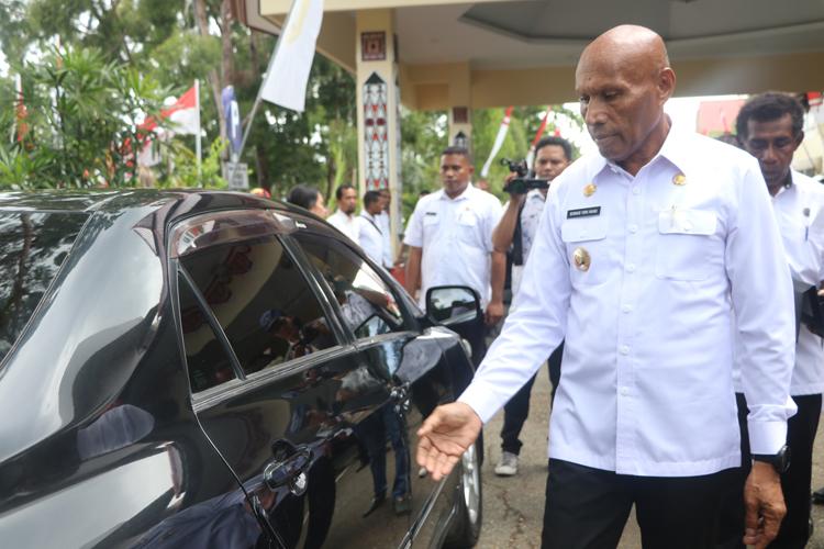 Walikota Saat Melihat Kendaraan Dinas Yang Akan Diserahkan Ke Sekwan