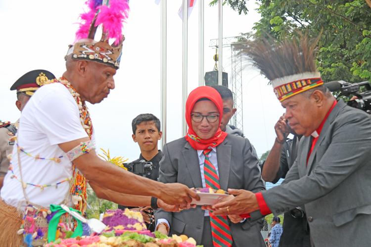 Walikota Menyerahkan Tumpeng Kepada Ketua Klasis GKI Port Numbay