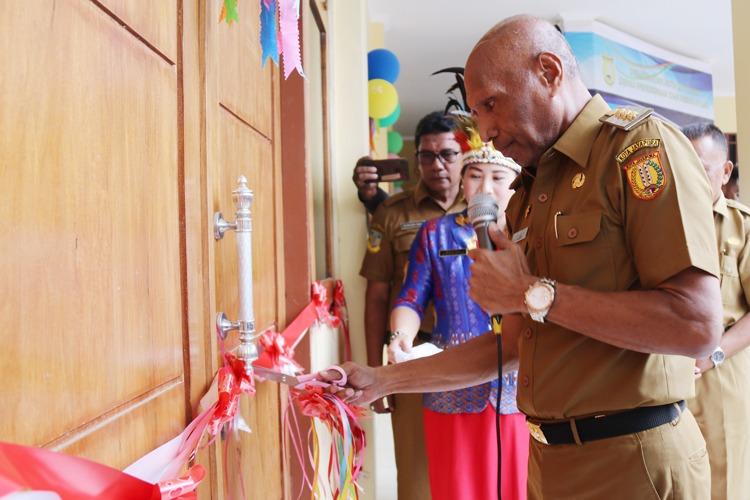 Walikota Menggunting Pita Tanda Diresmikannya TK Negeri Pembina