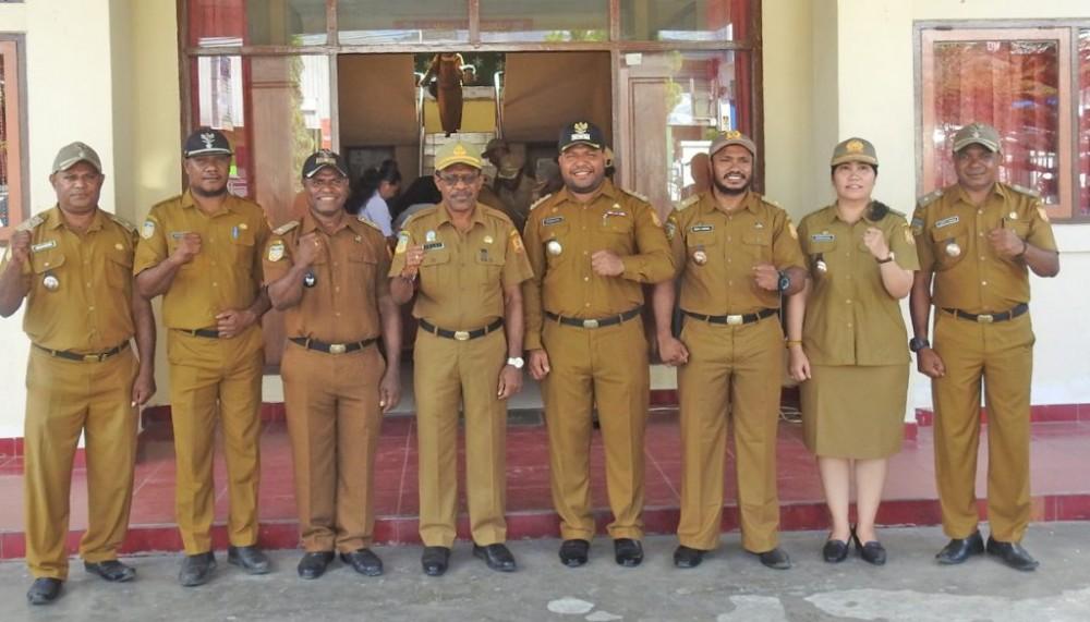 Sekda Kota Jayapura, Dr. Frans Pekey, M.SI, Foto Bersama Dengan Kadistrik Abepura Beserta Kepala Kelurahan, Usai Melaksanakan Apel
