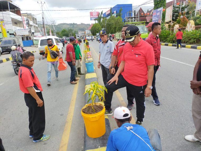 Suasana Di Depan GOR Waringin Kotaraja, Jumat Pagi Ketika Dilakukan Pemasangan Pot Bunga Di Median Jalan