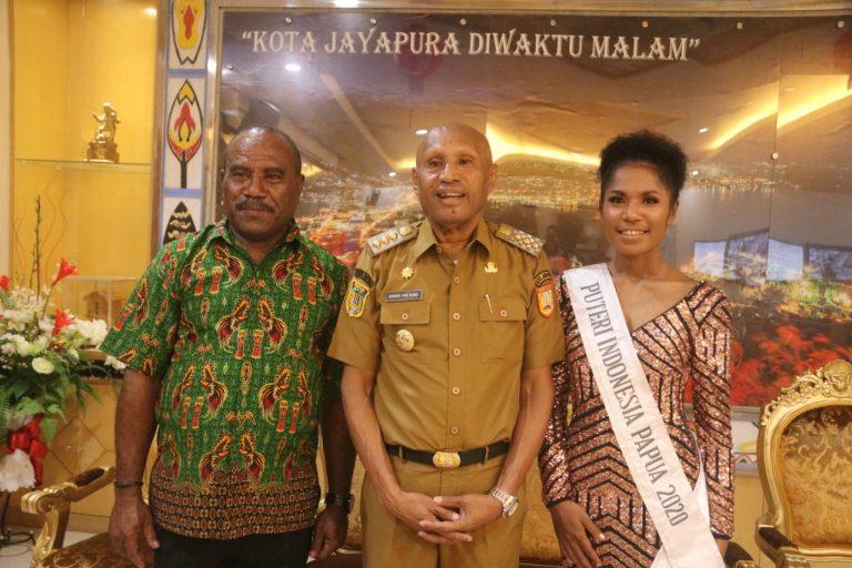 Putri Indonesia Papua Asal Port Numbay Bersama Walikota Dan Orang Tuanya