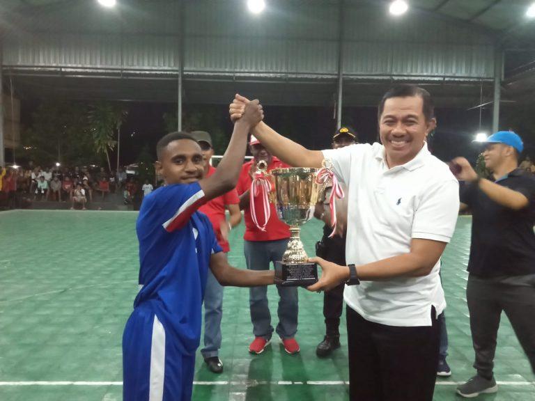 Wakil Walikota Ketika Menyerahkan Piala Turnamen Futsal Walikota Cup