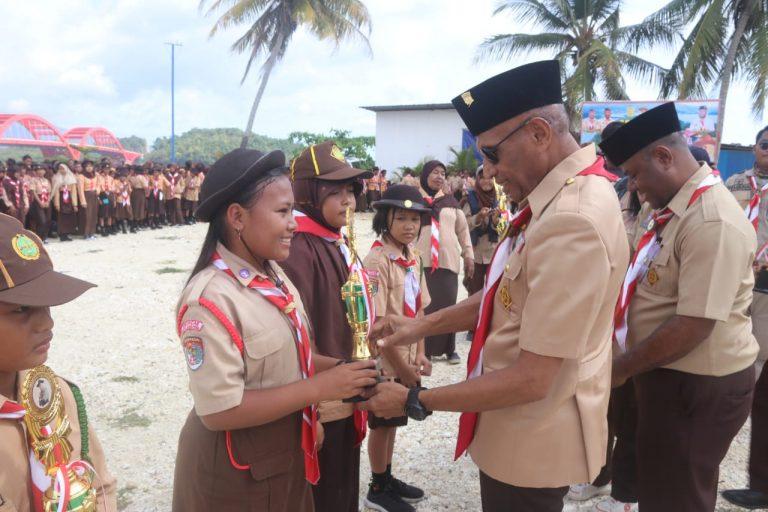 Walikota Ketika Menyerahkan Piala Lomba Yang Dilaksanakan Dalam Rangka HUT Baden Powell
