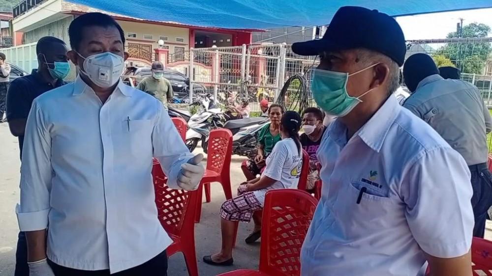 Wakil Walikota Jayapura, IR H. Rustan Saru MM Dan Kadis Sosial Kota Jayapura Irawadi, Saat Meninjau Pembagian Sembako Di Hamadi Lapangan, Rabu 1 April 2020