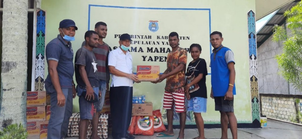 Kadis Sosial H.Irawadi,S.H,M.SI Dan Kadis Pemuda Dan Olahraga Kota Jayapura Saat Menyerahkan Bantuan Sembako Ke Asrama Yapen