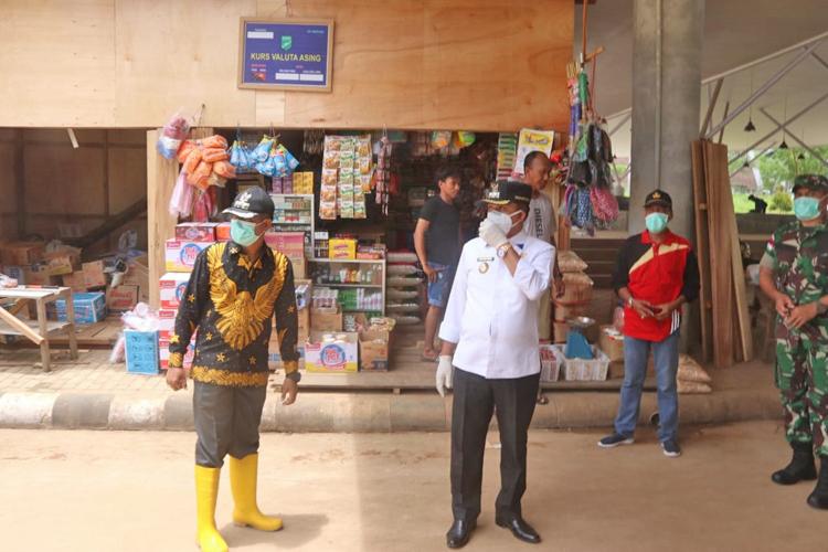 Wakil Walikota Jayapura, Didampingi Kepala Distrik Muara Tami Saat Memantau Pasar Wutung, Kamis 2 April 2020