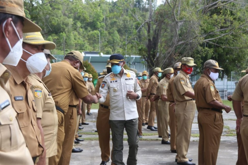 Walikota jayapura saat bersalaman dengan para pimpinan OPD