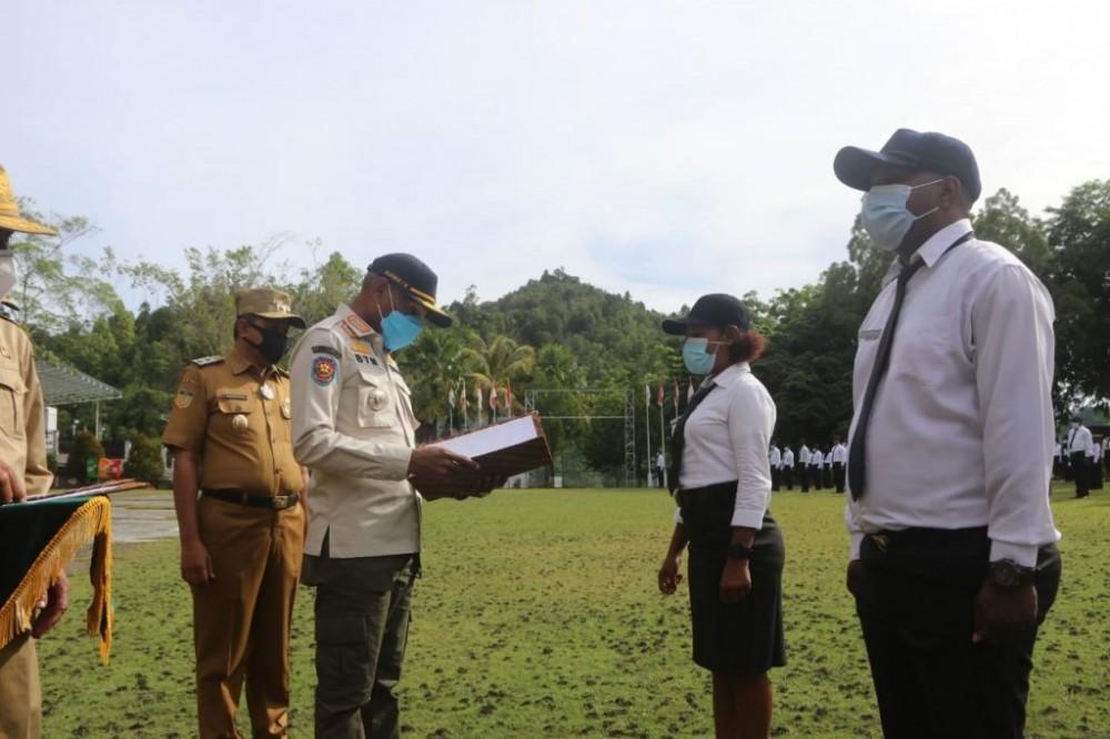 Walikota Jayapura saat akan menyerahkan SK CPNS kepada perwakilan pegawai CPNS formasi 2018