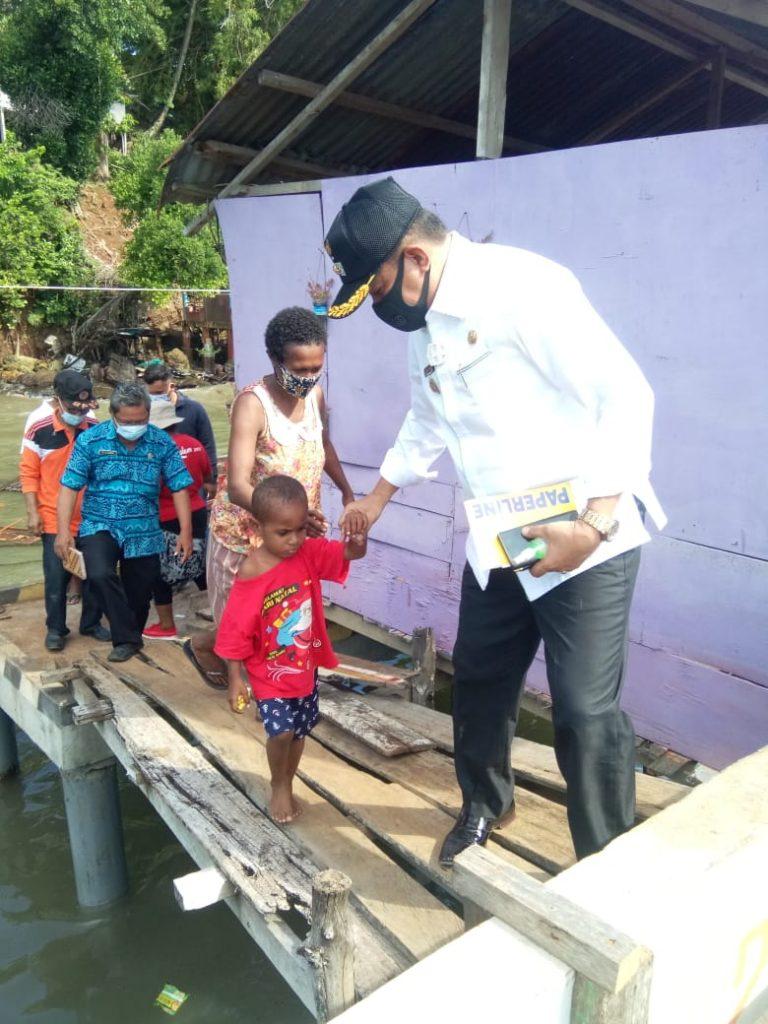 Wakil Walikota bersama anak pemilik rumah yang tersapu gelombang tinggi