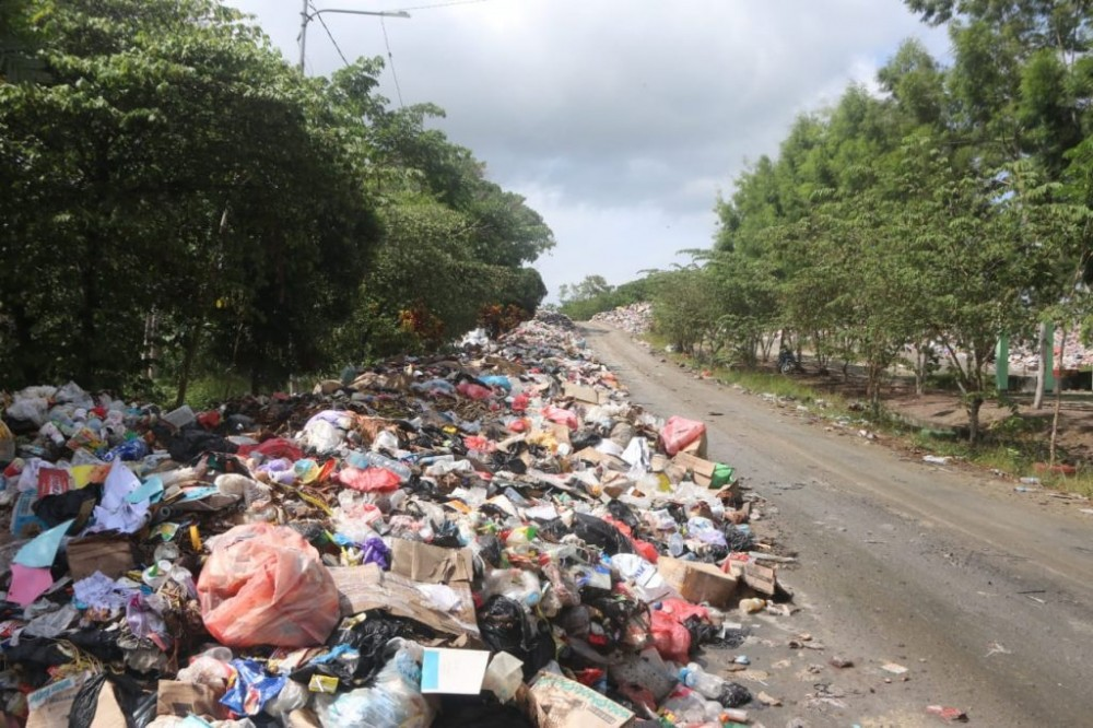 Suasana Sampah dipinggir Jalan Masuk TPA Koya Koso