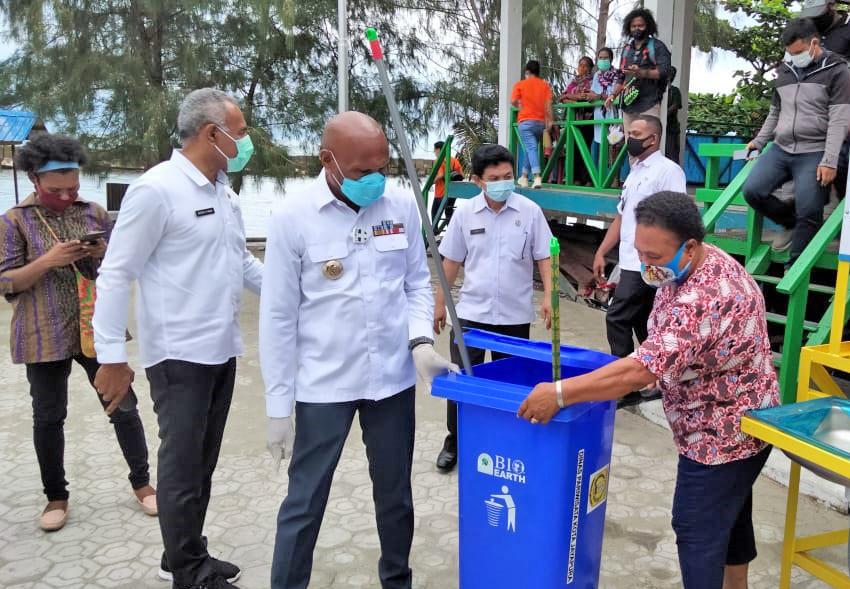 Bantuan Tempat Sampah kepada pelaku usaha wisata di Kota Jayapura