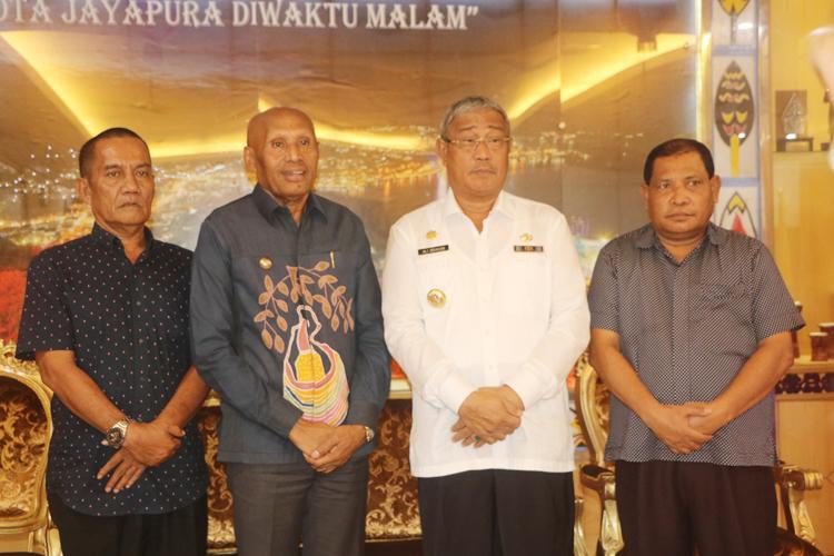 Walikota Jayapura DR Benhur Tomi Mano MM, Bersama Walikota Tidore Kepulauan Didampingi Dua Pejabat Di Lingkungan Pemerintah Kota Tidore Kepulauan