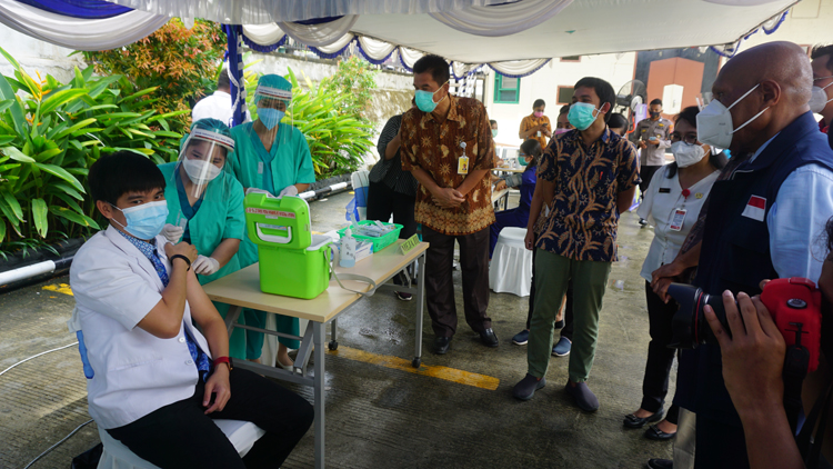 Wali Kota saat menyaksikan Vaksinasi Covid 19 kepada tenaga Kesehatan RS Provita