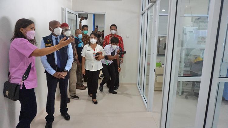Wali KOta Jayapura saat tinjau Laboratorium PCR RS Provita