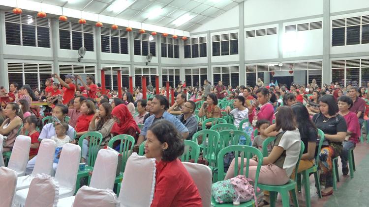 Ratusan Warga Tionghoa Jayapura Saat Menghadiri Malam Cap Go Meh Di Aula Manggala, Vihara Arya Dharma Jayapura