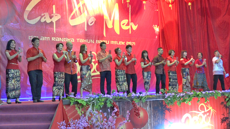 Panitia Perayaan Cap Go Meh Saat Menyampaikan Ucapan Selamat Datang Walikota Jayapura Di Aula Manggala