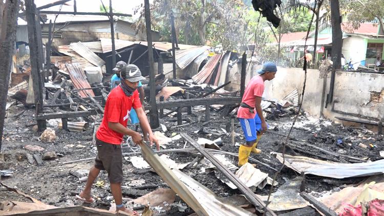 Petugas Dinas Lingkungan Hidup Dan Kebersihan Saat Membersihkan Puing Sisa Kebakaran Expo Waena