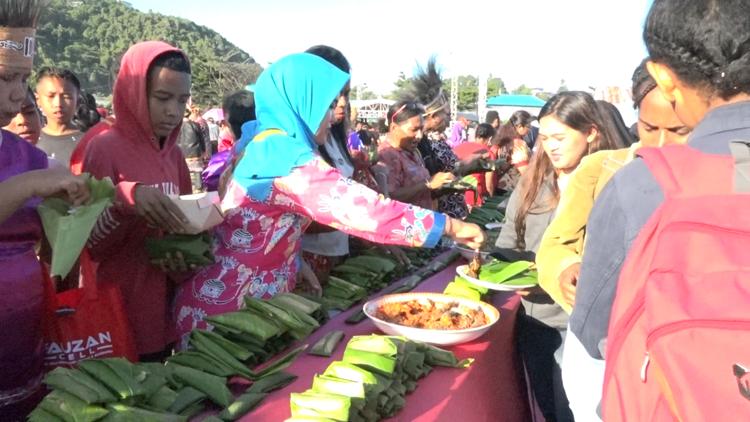Warga Kota Jayapura Berebutan Papeda Bungkus Usai Mendapatkan Rekor Muri