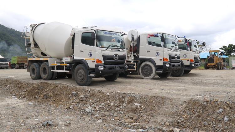 Kendaraan Alat Berat Yang Sering Melintas Jalan Di Pemukiman Warga Di Kolam Kangkung Kampung Yoka